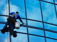 Мойка окон на высоте с использование промышленных альпинистов